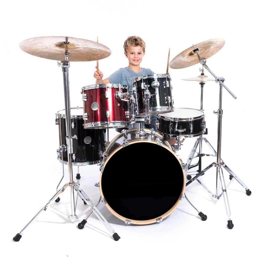 Kind am Schlagzeug spielen